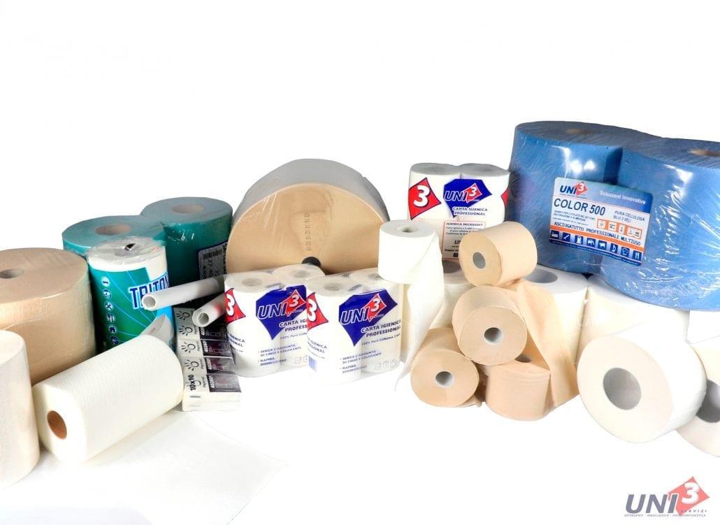 immagine che mostra una composizione di prodotti di carta, come carta igienica, carta asciugamani, fazzoletti tovaglie e bobine. Uni3 servizi, fornitori di detergenti, imballaggio, antinfortunistica, abbigliamento professionale e articoli in carta.