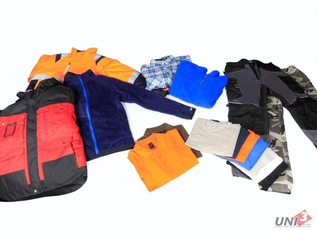 Immagine che mostra oggetti appartenenti alla categoria di abbigliamento professionale, come magliette, polo, felpe, giacche, gilet, pantaloni della ditta uni3 servizi. Uni3 servizi, fornitori di detergenti, imballaggio, antinfortunistica, abbigliamento professionale e articoli in carta.